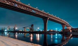Diamètre à grande vitesse occidental sur l'île de Kanonersky dans le St Petersbourg pendant l'hiver le soir image stock