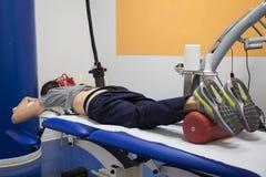 Diamagnetische Pomp voor Pijntherapie: Vrouw die op een Bed liggen die Therapie ondergaan royalty-vrije stock fotografie