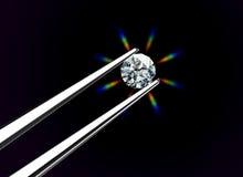 Diamant angehalten durch Pinzette Lizenzfreie Stockbilder