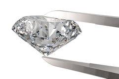 Diamant dans des brucelles d'isolement sur le blanc Photo libre de droits