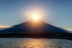 Diamant de Fuji au lac Yamanaka dans la saison d'hiver Diamond Fuji est photo stock