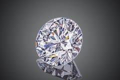 Diamant de scintillement transparent sans couleur de luxe de coupe ronde de forme de pierre gemme d'isolement sur le fond noir image stock