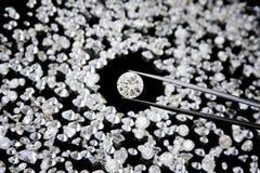 Diamant in der Pinzette Lizenzfreie Stockfotografie