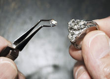 Diamant in der Pinzette mit Ring stockfotografie