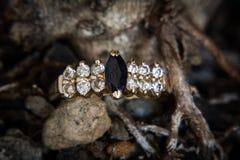 Diamant en onyxring stock foto