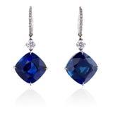 Diamant et boucles d'oreille bleues de saphir. Image stock