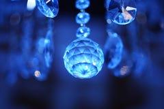 Diamant im Hintergrund des Ultramarines Lizenzfreies Stockfoto