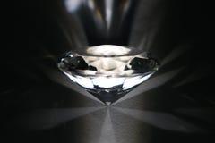 Diamant innen in der weißen Leuchte der Zerstreung Lizenzfreie Stockbilder