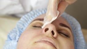 Diamant microdermabrasion, Behandlung an der kosmetischen Schönheitsbadekurortklinik abziehend Frau, die ein Vakuum-microdermabra stock video footage