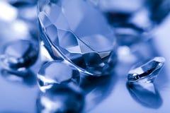 Diamant op blauwe achtergrond Stock Afbeeldingen