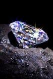 Diamant op steenkool zwarte achtergrond. royalty-vrije stock afbeelding