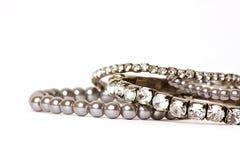 Diamant- & Perl-smycken på vit bakgrund Royaltyfria Foton