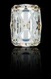 Diamant rayonnant sur le noir avec la réflexion Photos libres de droits