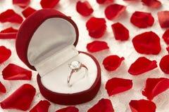 Diamant-Ring im Kasten umgeben von Rose Lizenzfreie Stockfotos
