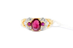 Diamant rose avec l'anneau blanc de diamant et d'or Photo libre de droits