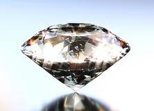 Diamant rougeoyant sur un fond métallique brillant bleu image libre de droits