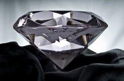Diamant sur le satin noir Photographie stock