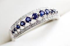 Diamant-und Saphir-Verlobungsring Stockbild