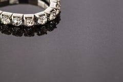 Diamantarmband op een steenoppervlakte Royalty-vrije Stock Foto