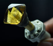 Diamantausschnitt und Schmuckherstellung Stockbild