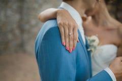 Diamantbröllopcirkel på fingret för brud` s royaltyfri bild