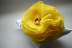 Diamantcirkel på den gula blomman Brud i den vita klänningen Arkivfoto