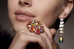 Diamante brilhante Brincos e anel velhos antigos do vintage jóia Imagens de Stock Royalty Free