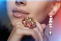 Diamante brillante Viejos pendientes y anillo antiguos del vintage joya imagen de archivo
