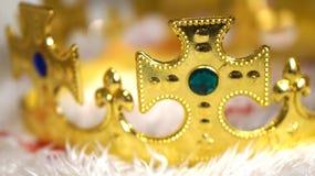 Diamante da coroa do ouro no fundo branco da pele Imagem de Stock