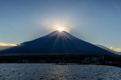 Diamante de Fuji no lago Yamanaka na estação do inverno Diamond Fuji é fotos de stock