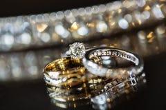 Diamante e fedi nuziali Fotografie Stock