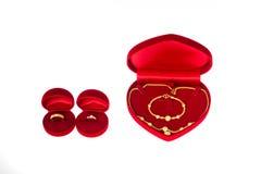 Diamante e ouro do anel para o dia de casamento Fotos de Stock Royalty Free