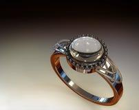 Diamante ed anello di Chrystal (nell'illuminazione dello studio) Immagine Stock