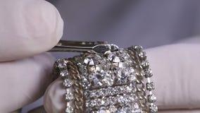 Diamante falso en una pulsera almacen de video