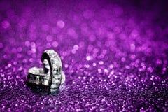 Diamante nelle gocce di acqua porpora Fotografia Stock Libera da Diritti