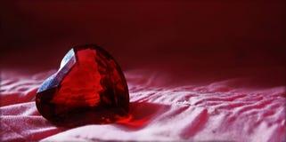 Diamante rosso del cuore di glas con fondo rosa Fotografie Stock Libere da Diritti