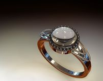 Diamante y anillo de Chrystal (en la iluminación del estudio) Imagen de archivo
