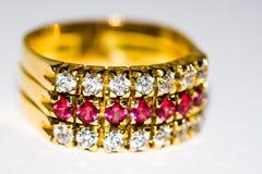 Diamante y anillo de oro de rubíes Fotografía de archivo