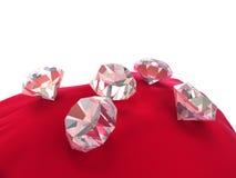 Diamanten 3d auf rotem Samt Stockfoto