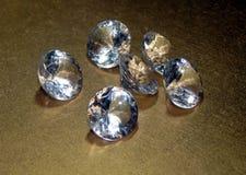 Diamanten auf einem silbernen Hintergrund Stockfotos