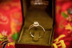 Diamanten bruiloftring in de luxezwarte doos 3d geproduceerd beeld Stock Foto