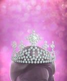 Diamanten krönen auf Frauen vorangehen im rosa Funkelnhintergrund Stockfoto