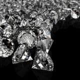 Diamanten op zwarte oppervlakte stock afbeeldingen