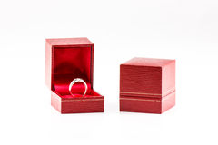 Diamanten ringer, & rött boxas royaltyfria bilder