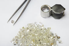 Diamanter, pincett och loupe Arkivbilder