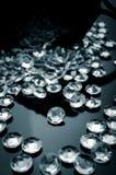 Diamanter spridda på en skinande yttersida Royaltyfri Fotografi