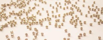 Diamantes artificiales en un fondo blanco Fondo abstracto con los diamantes artificiales blancos El concepto de estilo y de belle libre illustration