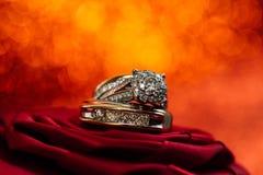 Diamantes das alianças de casamento Fotografia de Stock Royalty Free