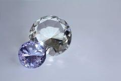 Diamantes en un fondo púrpura fotografía de archivo