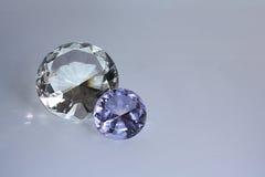 Diamantes en un fondo púrpura Fotografía de archivo libre de regalías